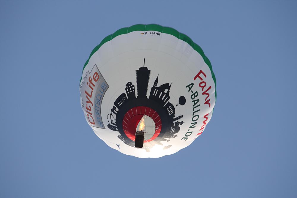 Der Augsburg Ballon im blauen Himmel über der Stadt!